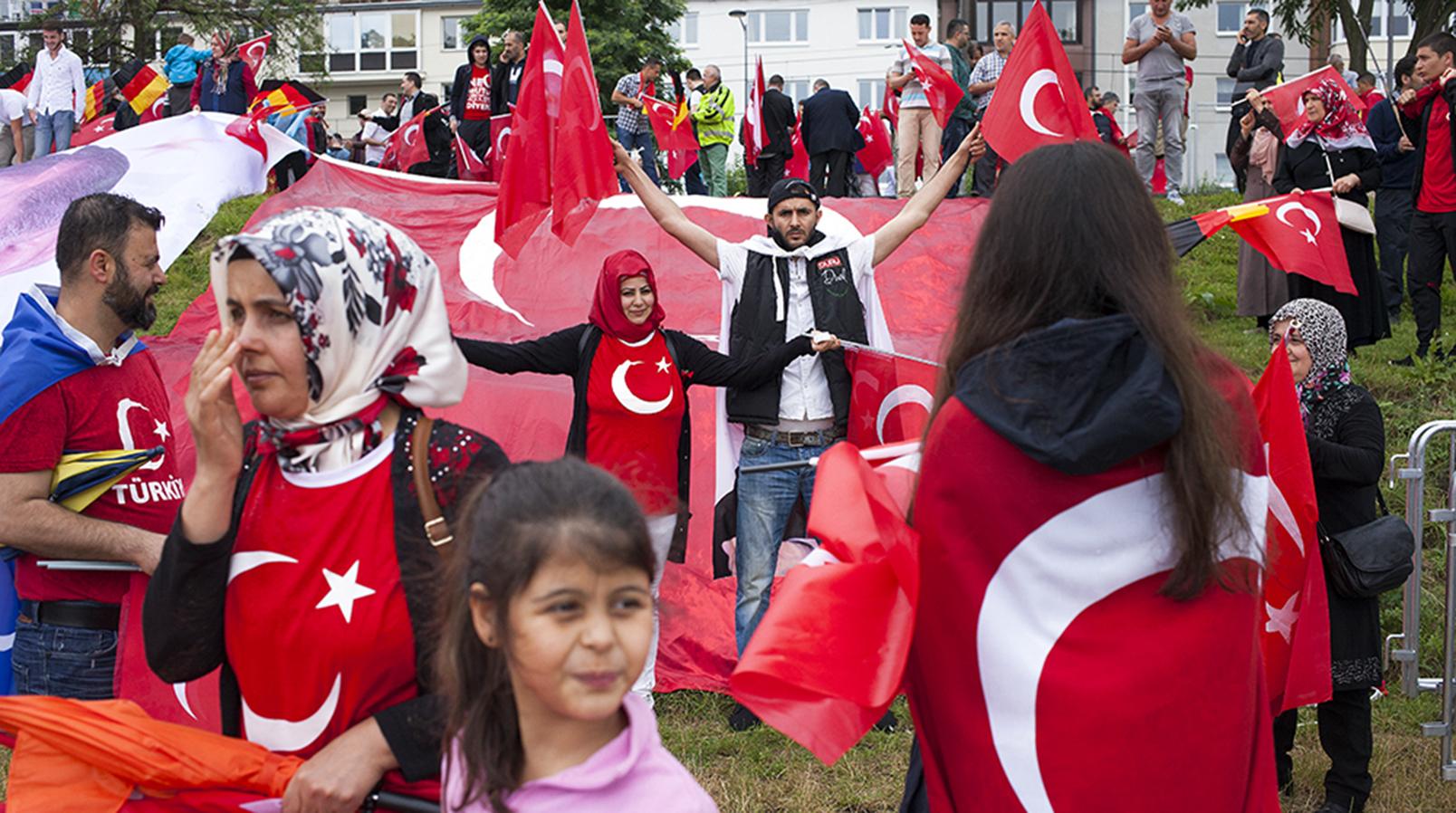 Anhänger des türkischen Präsidenten Recep Tayyip Erdoğan in Köln 2016, Foto: Mathias Schumacher