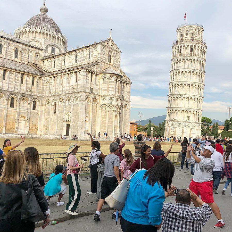 Touristen machen Fotos vor dem schiefen Turm von Pisa in Italien, Oktober 2018. Foto: Mathias Schumacher