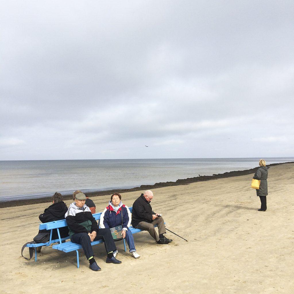 Touristen sitzen auf einer Bank am Jurmala Beach in Lettland, 26. September 2014. Foto: Mathias Schumacher