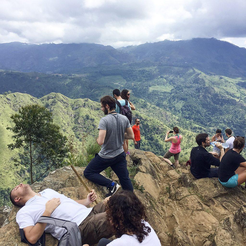 Touristen auf der Spitze vom Ella Rock in Sri Lanka, 5. Januar 2016. Foto: Mathias Schumacher