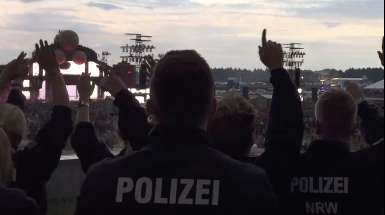 Party-Polizei beim Parookaville, Screenshot: RP ONLINE