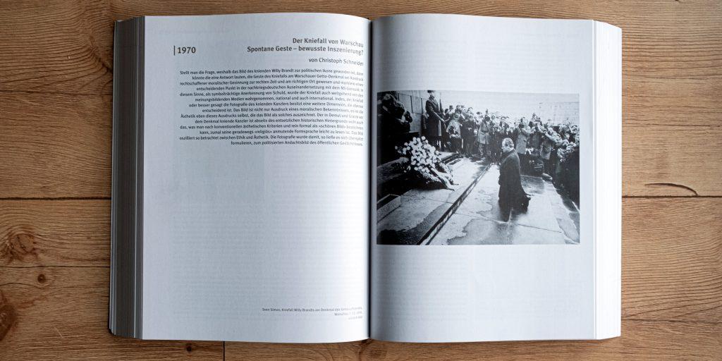 """Doppelseite aus """"Das Jahrhundert der Bilder"""" von Gerhard Paul - Bundeszentrale für politische Bildung, Foto: Mathias Schumacher 2020"""
